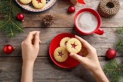 Женщина есть традиционные печенья Linzer рождества Стоковое Изображение RF