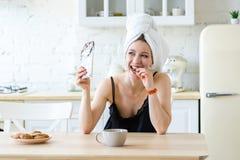 Женщина есть шоколад и наслаждаясь после держать диету r стоковые изображения rf
