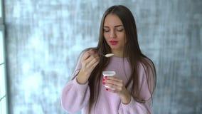 Женщина есть югурт Замедление милая молодая женщина ест югурт молодая женщина на диете есть белый югурт мило сток-видео