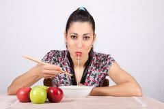 Женщина ест лапши Стоковое Изображение RF