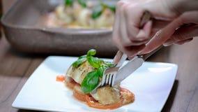 Женщина ест очень вкусное филе цыпленка испеченное с caprese сток-видео