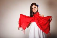 Женщина лета в белом платье с красной шалью Способ Стоковые Фотографии RF