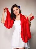 Женщина лета в белом платье с красной шалью Способ Стоковые Изображения