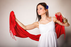 Женщина лета в белом платье с красной шалью Способ Стоковое Изображение RF