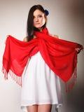 Женщина лета в белом платье с красной шалью Способ Стоковая Фотография