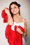 Женщина лета в белом платье с красной шалью Способ Стоковое фото RF