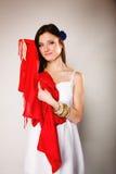 Женщина лета в белом платье с красной шалью Способ Стоковое Изображение