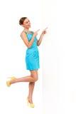 Женщина лета указывая на белую доску и смеяться над. стоковые изображения rf