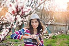 Женщина детенышей естественно красивая около зацветая времени дерева весной стоковые изображения rf