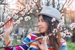 Женщина детенышей естественно красивая около зацветая времени дерева весной стоковое фото rf