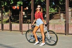 Женщина детенышей довольно белокурая представляя на улице при зафиксированный спорт стоковое изображение