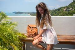 Женщина детенышей довольно стильная чувственная представляя на изумительном тропическом пляже с голубым океаном наслаждается ее п Стоковое фото RF