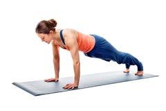 Женщина детенышей подходящая sporty делает asana планки йоги Hatha Стоковые Изображения