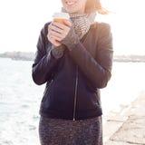 Женщина детенышей усмехаясь красивая выпивает кофе Стоковая Фотография