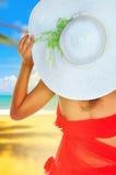 Женщина летних каникулов на пляже с шляпой Стоковое фото RF