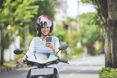 Женщина ехать motorcyle или мотоцилк стоковая фотография