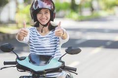 Женщина ехать motorcyle или мотоцилк стоковое фото