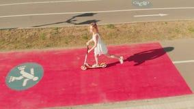 Женщина ехать outdoors скутера летом r видеоматериал