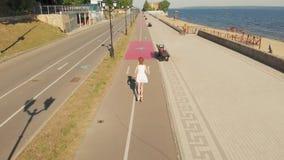 Женщина ехать outdoors скутера летом r сток-видео