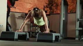 Женщина делает нажим-поднимает на шагах фитнеса сток-видео