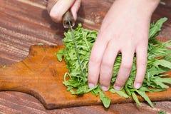 Женщина делает свежий салат Стоковые Изображения RF