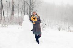 Женщина делает снеговик Стоковое фото RF