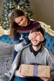 Женщина делает сюрприз к человеку для рождества Стоковые Изображения