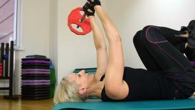Женщина делает тренировку с штангой сток-видео
