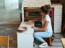 Женщина делает хлеб пита Стоковое Изображение RF