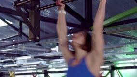 Женщина делает kipping тягу поднимает сток-видео
