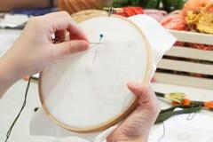 Женщина делает needlework с другим оборудованием вышивки Стоковая Фотография RF
