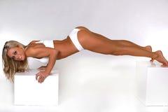Женщина делать нажимает поднимает стоковое изображение