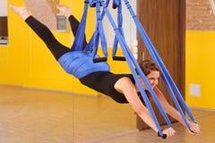 Женщина делая анти- йогу антенны силы тяжести Стоковые Фотографии RF