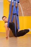 Женщина делая анти- йогу антенны силы тяжести Стоковая Фотография