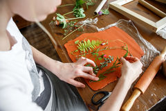 Женщина делая ботаническое художественное произведение гипсолита в ее домашней студии Стоковое Изображение