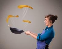 Женщина делая блинчики Стоковые Фотографии RF