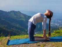 Женщина делая верблюда Ustrasana asana йоги представляет outdoors Стоковые Фотографии RF