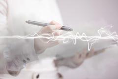 Женщина делая волшебное влияние - внезапную молнию Концепция электричества, высокой энергии стоковое изображение rf