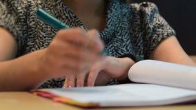 Женщина делая вычисления на умном вахте делая ее обработку документов акции видеоматериалы