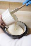Женщина делая десерт чизкейка на ее кухне Отсутствие сахара, здоровья Стоковое фото RF