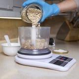 Женщина делая десерт чизкейка на ее кухне Отсутствие сахара, здоровья Стоковое Фото
