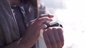 Женщина делая жесты на пригодном для носки приборе компьютера smartwatch сток-видео