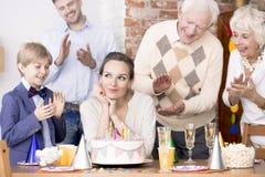 Женщина делая желание дня рождения стоковые изображения rf