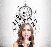 Женщина делая знак hush, контроль времени Стоковые Фото