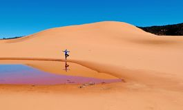 Женщина делая йогу на песчанных дюнах Стоковая Фотография RF