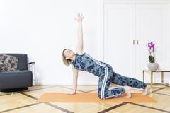 Женщина делая йогу дома Стоковая Фотография RF