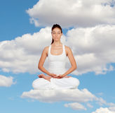 Женщина делая йогу стоковое изображение rf