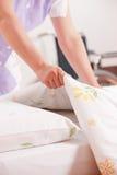 Женщина делая кровать стоковые фото