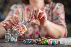 Женщина делая домашнее искусство ремесла Стоковая Фотография