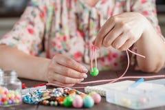 Женщина делая домашнее искусство ремесла Стоковое Изображение